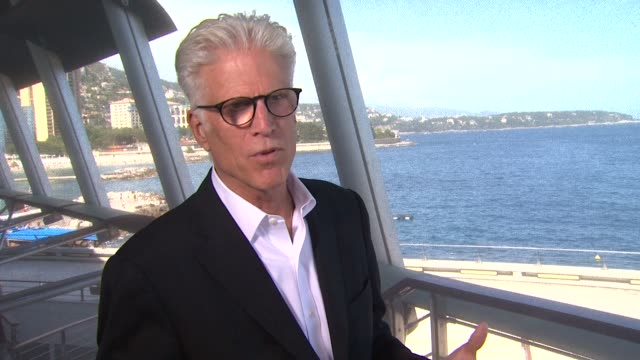 vídeos de stock e filmes b-roll de ted danson on csi translating to foreign audiences better than cheers and how lucky he is to have the privilege to work on it at the 52nd annual... - ted danson