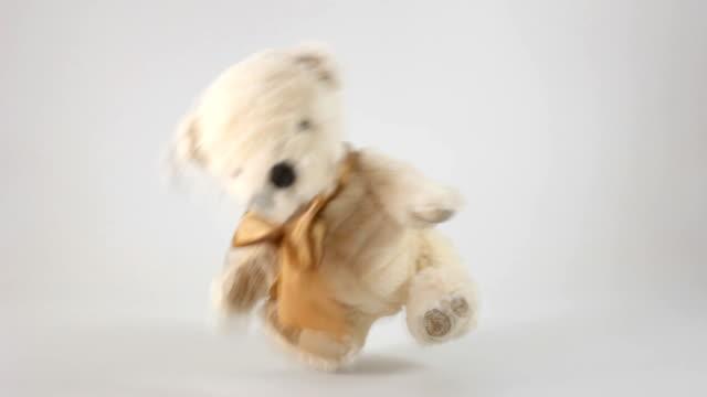 vídeos de stock, filmes e b-roll de urso de pelúcia - animal de brinquedo