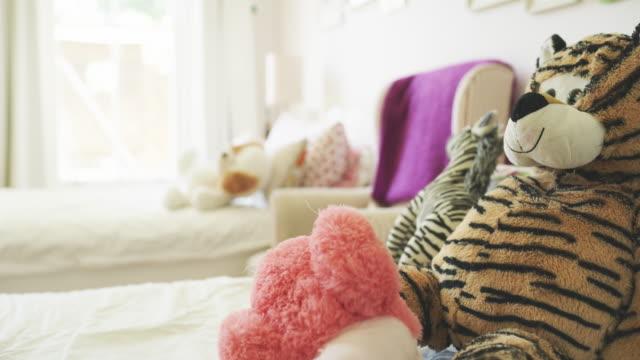 vídeos de stock, filmes e b-roll de os ursos de peluche são características essenciais no quarto de toda a menina - quarto de bebê