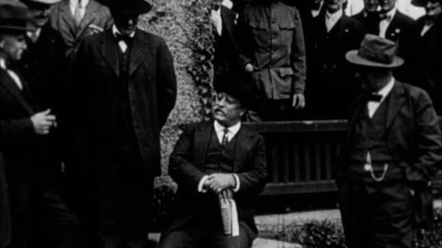 teddy roosevelt with other men / usa - präsident der usa stock-videos und b-roll-filmmaterial