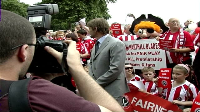 vidéos et rushes de teddy sheringham denies giving false information to police westminster sean bean and other sheffield united fans posing for photocall and protesting... - sean bean