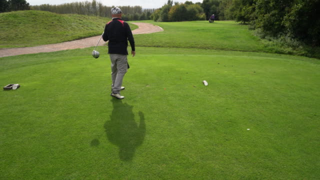 tee off with as club. - abschlagen stock-videos und b-roll-filmmaterial