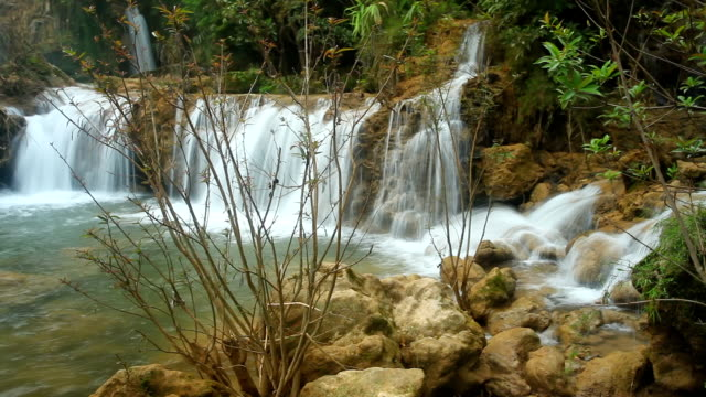 vídeos de stock e filmes b-roll de teelorsu waterfall national park tak of thailand. - movimento perpétuo