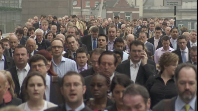 stockvideo's en b-roll-footage met ms teeming rush-hour pedestrians crowding on sidewalk / london, london, uk - dichterbij komen