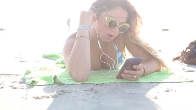 vídeos de stock e filmes b-roll de teen age girl at the beach - 16 17 anos