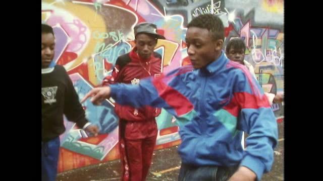 vídeos de stock e filmes b-roll de teen boy dances to rap music with friends; 1989 - cultura hip hop