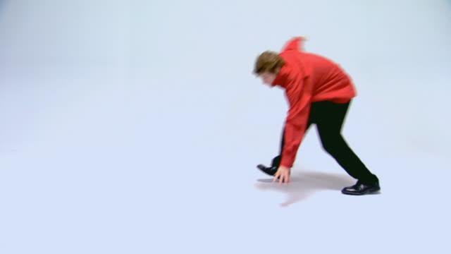 teen boy trying to dance and be cool - endast en tonårspojke bildbanksvideor och videomaterial från bakom kulisserna