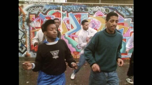 vídeos de stock e filmes b-roll de teen boys dancing to rap in london residential district; 1989 - cultura hip hop