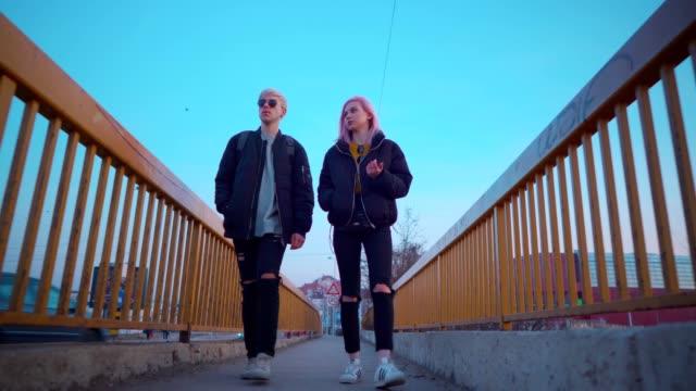vídeos de stock, filmes e b-roll de pares adolescentes que discutem em uma caminhada - geração z