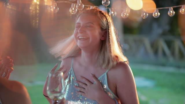 teen tanzen mit freunden - besonderes lebensereignis stock-videos und b-roll-filmmaterial