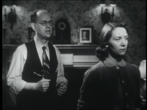 vidéos et rushes de b/w 1951 teen girl + father having argument in living room / father tries to comfort her - daughter