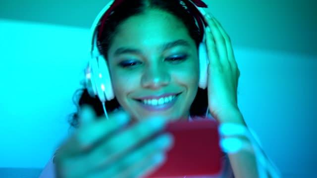 teen mädchen hören mp3-player - mp3 gerät stock-videos und b-roll-filmmaterial