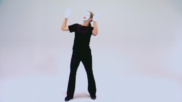 teen girl performing as a mime - endast en tonårsflicka bildbanksvideor och videomaterial från bakom kulisserna