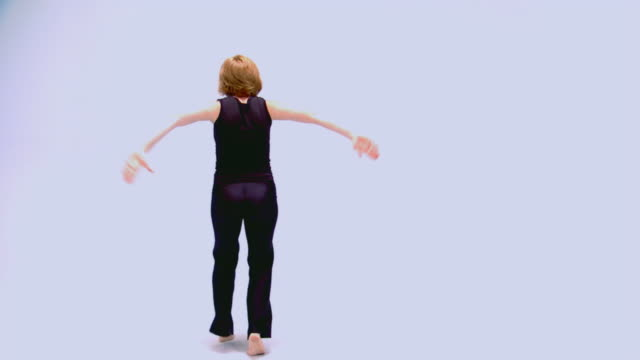 stockvideo's en b-roll-footage met teen girl performing modern dance routine - alleen één tienermeisje