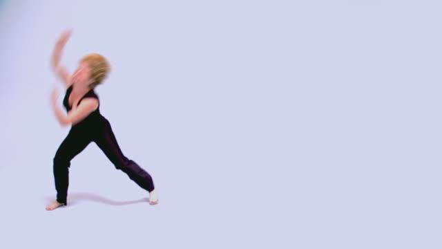 teen girl performing modern dance routine - モダンダンス点の映像素材/bロール