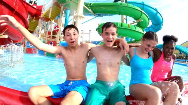 stockvideo's en b-roll-footage met tiener meisje met een verkeerd ingedeelde arm, vrienden bij waterpark - florida verenigde staten