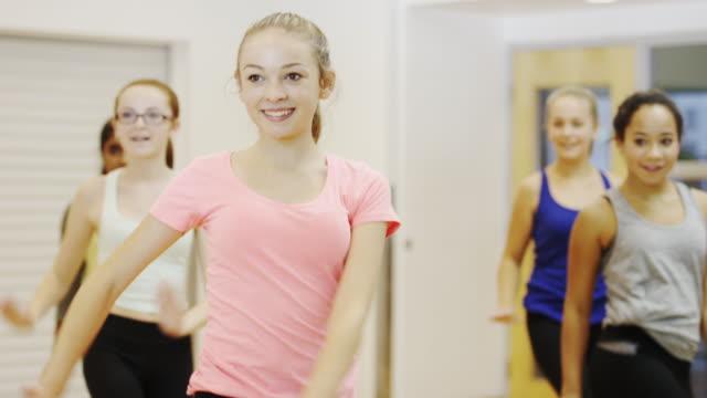 vídeos de stock, filmes e b-roll de adolescentes meninas na aula de dança praticar a rotina - dance studio