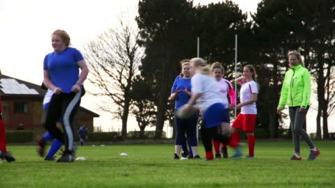ラグビー トレーニング ドリルをしている 10 代の女の子 - スポーツ ラグビー点の映像素材/bロール