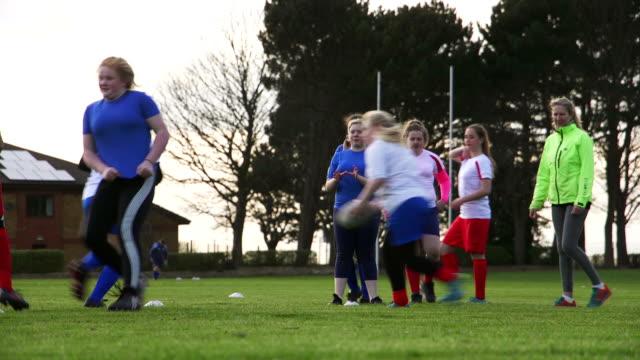 stockvideo's en b-roll-footage met tiener meisjes doen een rugby training boor - rugby sport