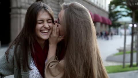 stockvideo's en b-roll-footage met tiener meisjes roddelen - fluisteren