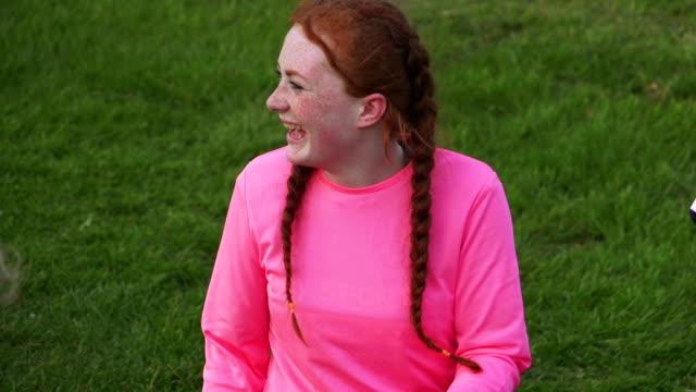 Teen fille de Rugby reposant sur le côté