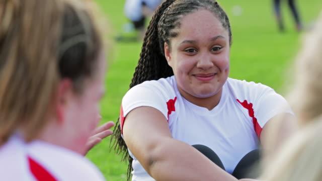 stockvideo's en b-roll-footage met tiener rugby meisje rust aan de kant - rugby sport