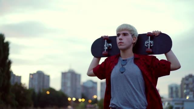 teen skater - un ragazzo adolescente video stock e b–roll