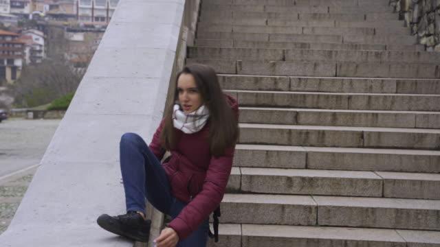 tonåring anda. vacker tonårs flicka efter en lång skoldag.. - endast en tonårsflicka bildbanksvideor och videomaterial från bakom kulisserna