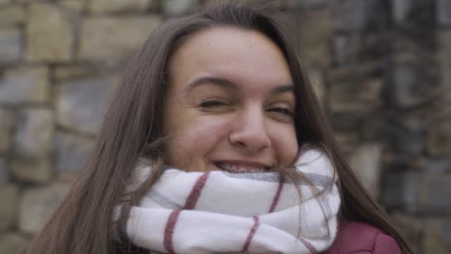 tonåring anda. vacker tonårs flicka gör olika ansikten medan vlogging utomhus efter en lång skol vinterdag.. - endast en tonårsflicka bildbanksvideor och videomaterial från bakom kulisserna