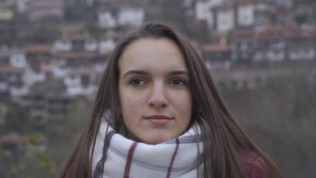 vídeos y material grabado en eventos de stock de espíritu adolescente. hermosa adolescente haciendo diferentes caras mientras vlogging al aire libre después de un largo día de invierno escuela.. - sólo una adolescente