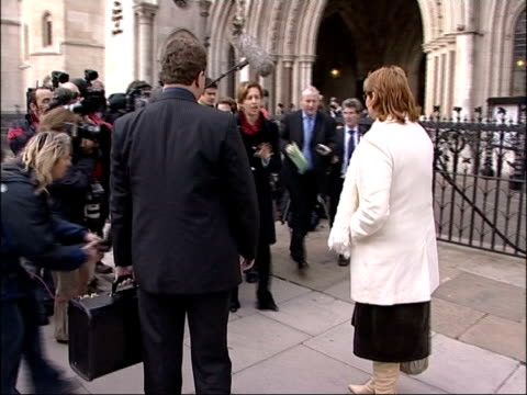 vídeos de stock, filmes e b-roll de debate over parents' right to know; england: london: ext sue axon along as arrives at high court with solicitor axon along to speak to press axon... - axônio