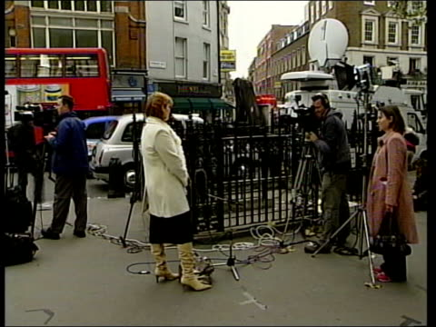 vídeos de stock, filmes e b-roll de debate over parents' right to know; ext sign on wall for 'royal courts of justice' pull out axon infront of camera axon speaking to press axon... - axônio