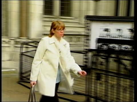 vídeos de stock, filmes e b-roll de debate over parents' right to know london high court ext axon along from court clean feed tape = d0602193 or d0602194 00115805 00151417 fx/mix... - questão da mulher