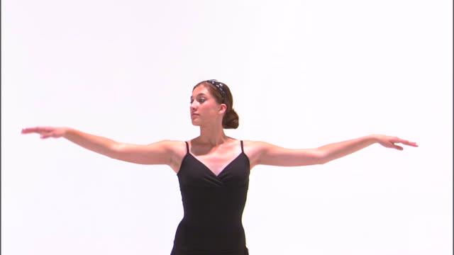 stockvideo's en b-roll-footage met ms teenage (16-17) ballerina dancing, against white background / orem, utah, usa - alleen één tienermeisje