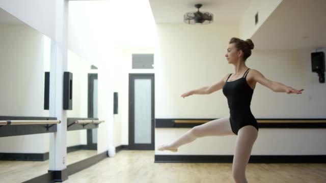 vídeos de stock e filmes b-roll de bailarina de ballet adolescente fazer - andar em bico de pés