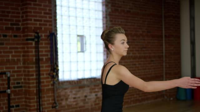 vídeos de stock, filmes e b-roll de adolescente bailarina fazendo balé - ballerina