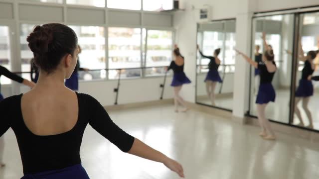 teenager ballerinen tanzen - gymnastikanzug stock-videos und b-roll-filmmaterial
