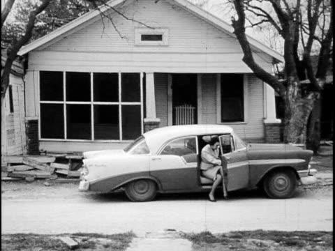 vídeos y material grabado en eventos de stock de teenage billy joe arrives home ponders his future - padre solo