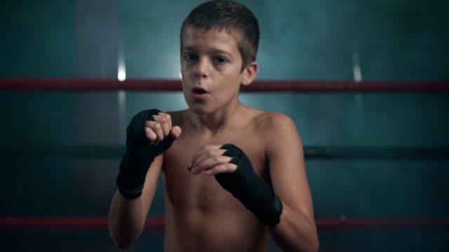 vídeos de stock, filmes e b-roll de encaixotamento adolescente da sombra do pugilista - ponto de vista de câmera