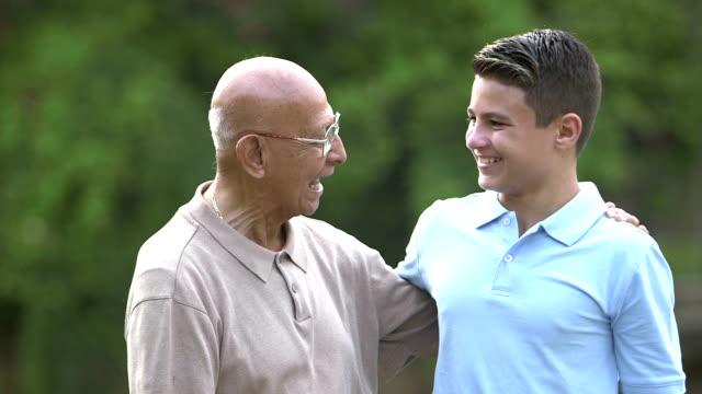 Tonårspojke och farfars
