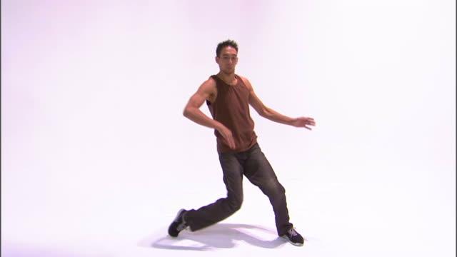 vídeos de stock, filmes e b-roll de ws zi cu tu teenage boy (14-15) breakdancing, performing handstand, against white background / orem, utah, usa - só um menino adolescente
