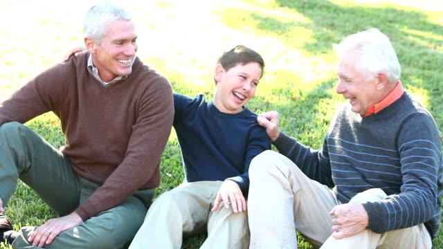 Teenager im Gespräch mit Vater und Großvater