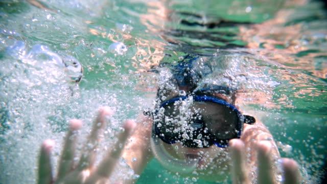 vídeos y material grabado en eventos de stock de adolescente en el saludo de ocean.halo - grecia europa del sur