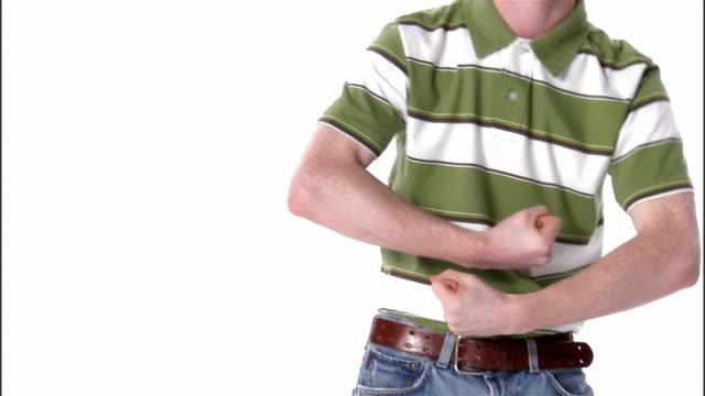 vídeos de stock e filmes b-roll de cu, shaky, teenage boy flexing muscles, portrait, studio shot - nerd