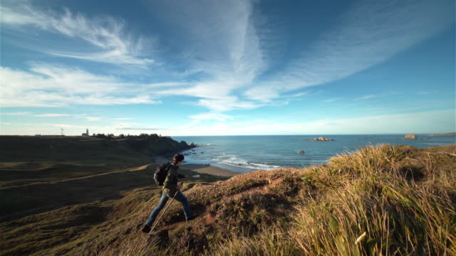 vidéos et rushes de teenage boy hiking trail on pacific ocean at sunset, oregon - découverte