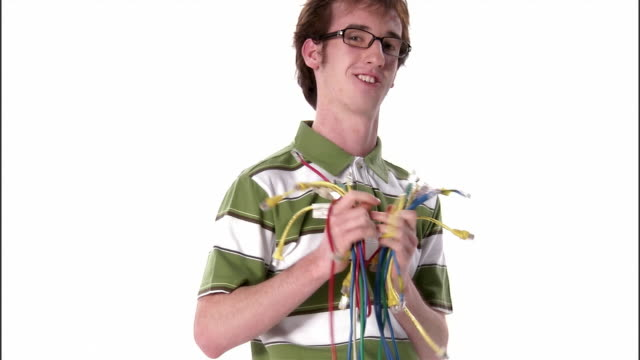vídeos de stock, filmes e b-roll de ms, teenage boy holding bunch of computer cables, portrait, studio shot - só um menino adolescente