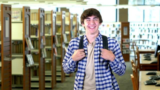 teenage boy in high school bibliothek - 16 17 jahre stock-videos und b-roll-filmmaterial