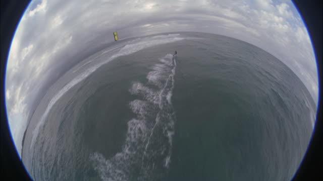 ws, ha, fish eye, teenage boy (16-17) kite boarding in overcast weather, maui, hawaii, usa - endast en tonårspojke bildbanksvideor och videomaterial från bakom kulisserna