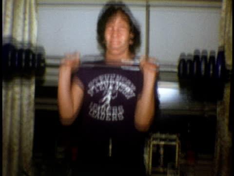 stockvideo's en b-roll-footage met 1973 ms teenage boy lifting weights at home / bronx, new york - alleen één tienerjongen