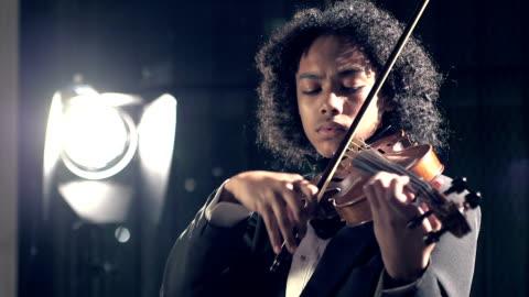 vídeos de stock, filmes e b-roll de adolescente tocando violino em concerto - violino